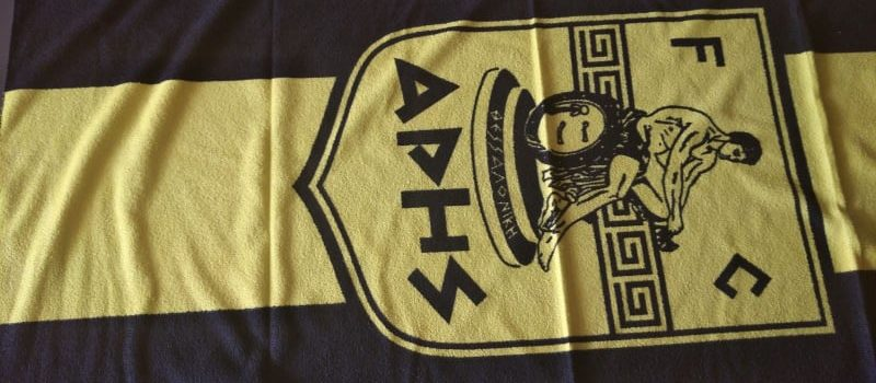 Κιτρινόμαυρες πετσέτες θαλάσσης για την ενίσχυση του Δημήτρη